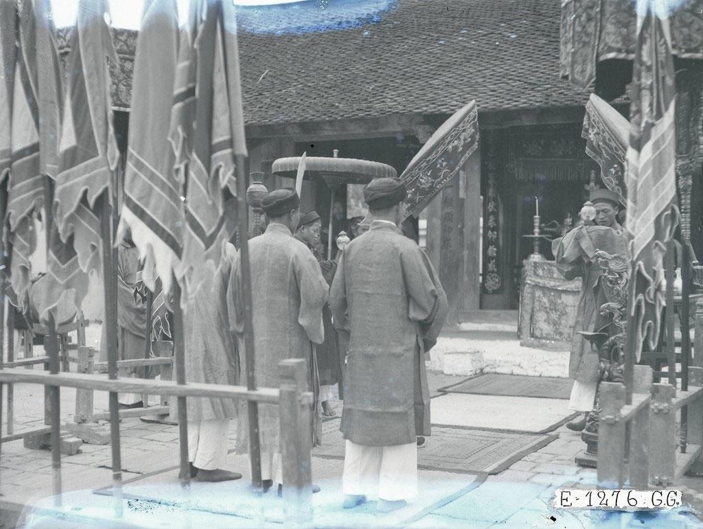 Các bậc hương hào kỳ mục và chức sắc trong phường, làng tề tựu tại đình để làm lễ vọng