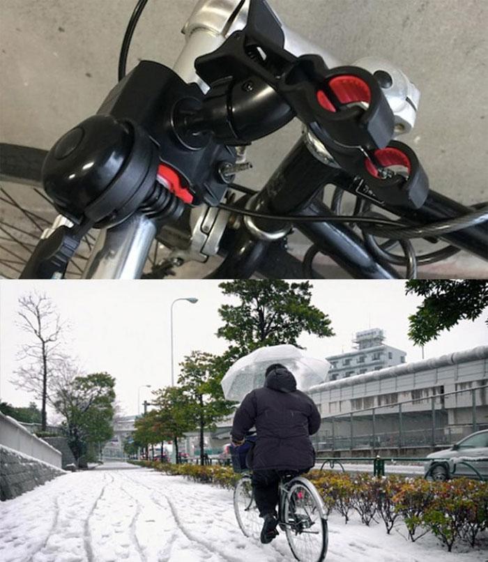 Giờ thì bạn không phải khổ sở cầm ô bằng tay khi trời đổ mưa hay có tuyết rơi nữa nhé.
