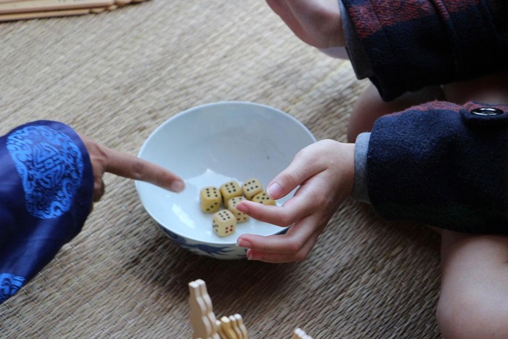 Một bộ xăm hường gồm 6 hạt xúc xắc cùng một bộ thẻ 6 loại.