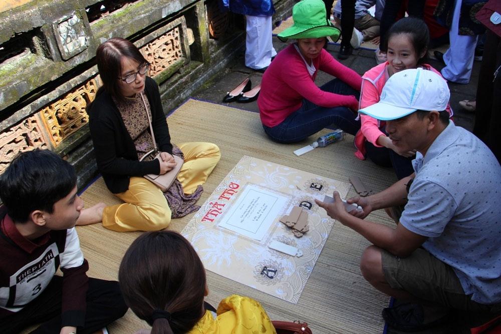 Trò chơi Trả Thơ cũng được người xưa chơi trong ngày Tết để đề cao việc học.