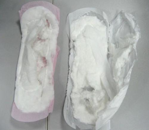 Ruột bên trong băng vệ sinh giả đều bằng giấy hoặc bông tạp thô ráp.