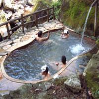 """Vì sao người Nhật đội chiếc khăn nhỏ mỗi khi tắm """"khỏa thân"""" suối nước nóng?"""