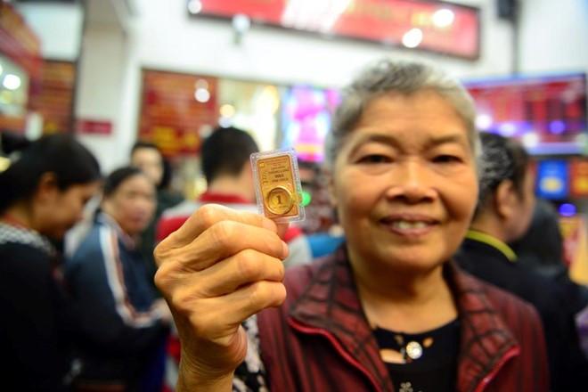 Người dân mua vàng ngày vía Thần Tài bởi quan niệm mua vàng có thể đưa lại tài lộc cho cả năm.