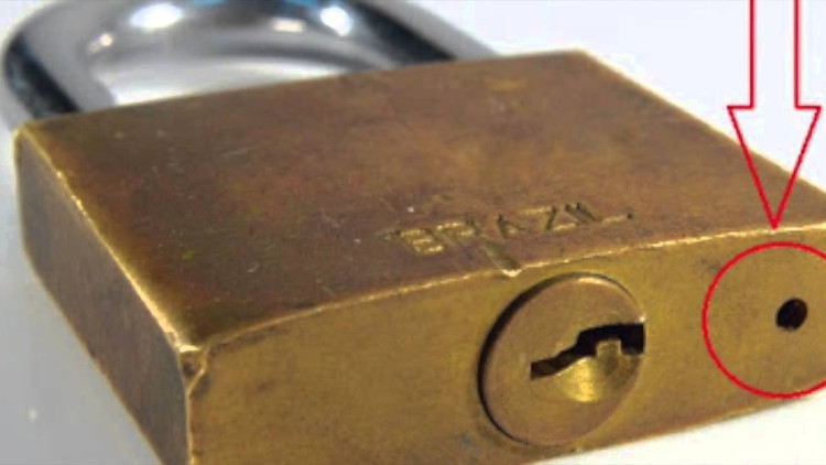 Lỗ nhỏ trên ổ khóa