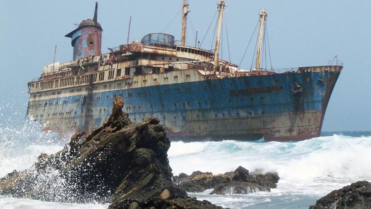 Tàu hải quân bỏ hoang trên bãi biển Fuerteventura