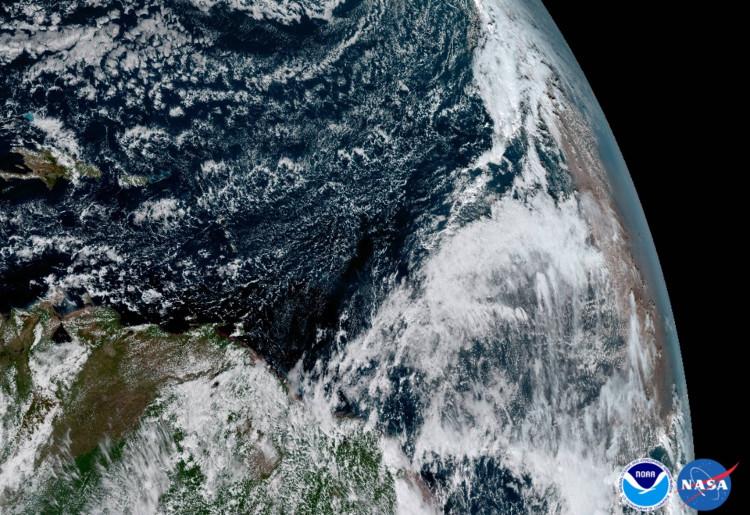 Bụi từ sa mạc Sahara (bên phải) thổi vào Đại Tây Dương.