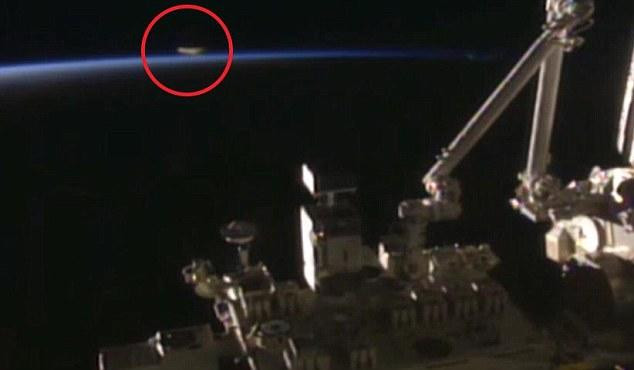 Vật thể lạ (khoanh đỏ) bay gần ISS.
