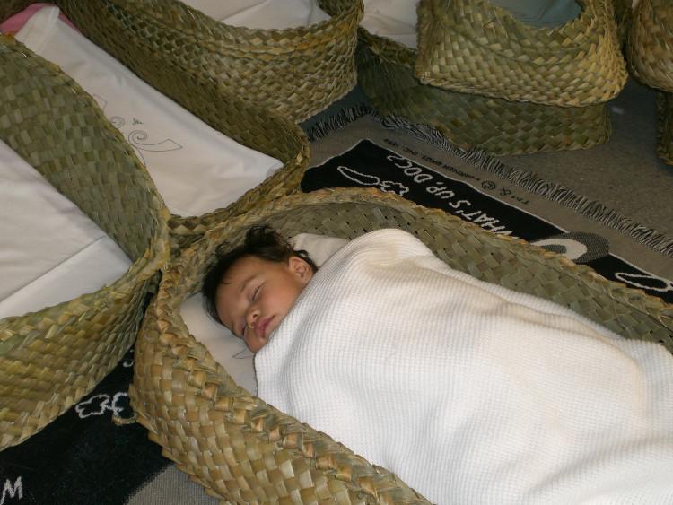 Nôi wahakura được dệt từ cây lanh New Zealand bản xứ, mềm mại và linh hoạt.