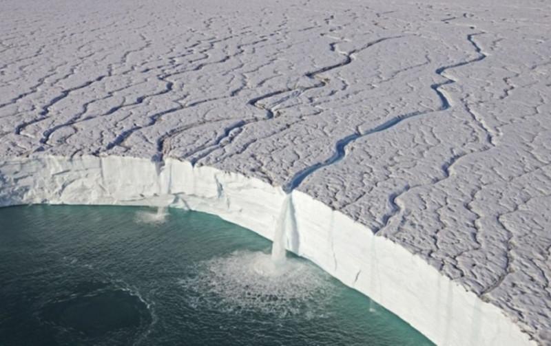 Hình ảnh ấn tượng này ghi lại khung cảnh ngoạn mục khi thác nước đổ ra một dòng sông băng ở Svalbard, Na Uy.