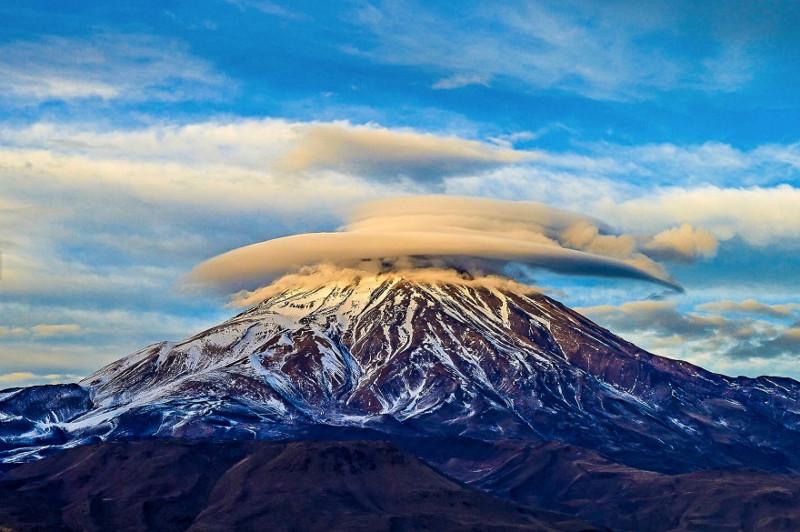 Trong ảnh là đám mây dạng thấu kính trên núi Damavand.
