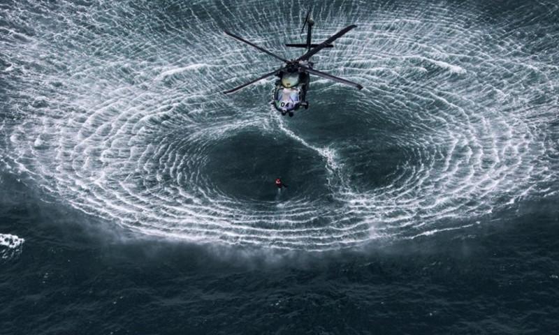 Đây là cảnh tượng thực sự sẽ xảy ra khi một chiếc trực thăng tiếp cận với mặt nước.