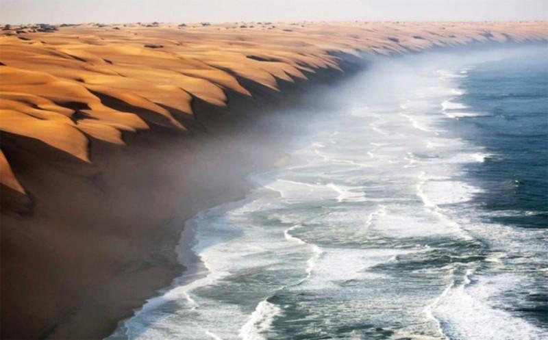 """Hình ảnh thực ghi lại khoảnh khắc sa mạc Namib trực tiếp """"giao lưu"""" với biển rộng."""