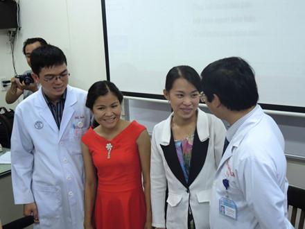 Bác sĩ Thái Minh Sâm (bìa phải) và hai bệnh nhân nữ được ghép thận.