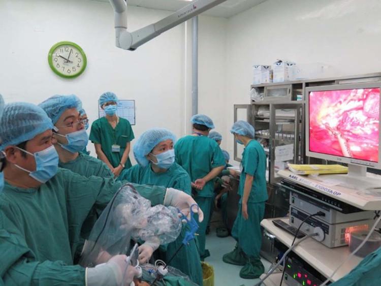 Ê-kíp các bác sĩ Bệnh viện Chợ Rẫy thực hiện ca ghép thận chéo.