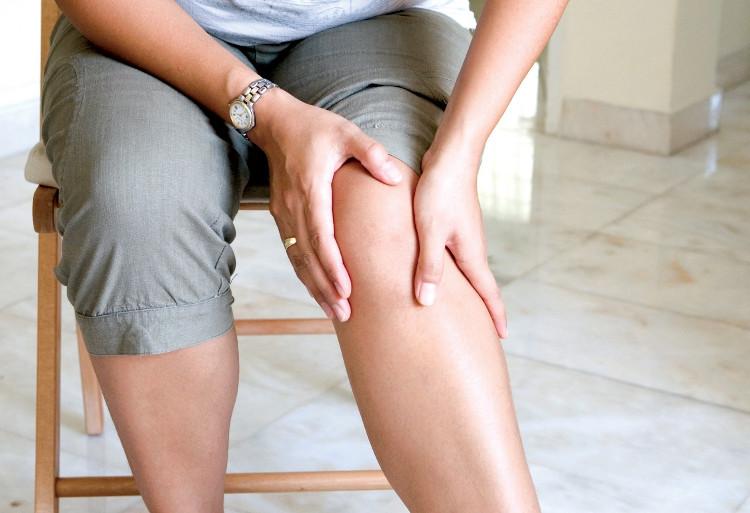 Khi có dấu hiệu nhức khớp, tê, mỏi xảy ra cần làm nóng vùng xung quanh vị trí đó bằng cách thoa dầu.