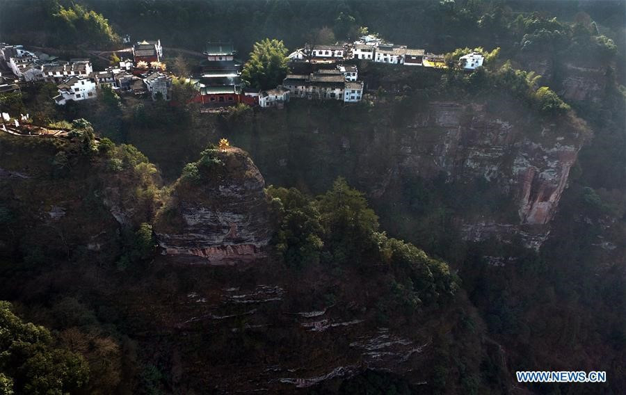 Núi Tề Vân được coi là viên ngọc trong những thắng cảnh phía nam tỉnh An Huy, cách huyện Hưu Ninh 15km về phía Tây.