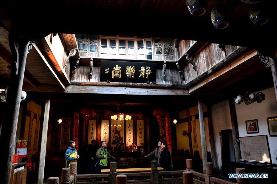 Du khách tìm hiểu lịch sử và kiến trúc một ngôi nhà cổ trên phố Nguyệt Hoa.