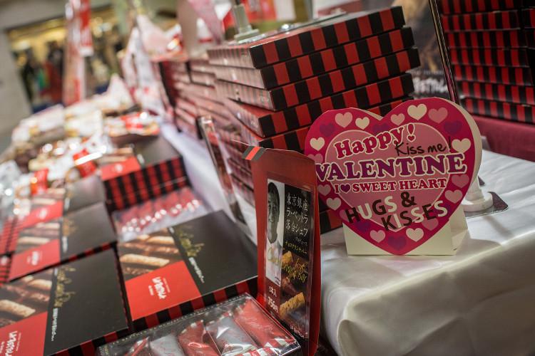 Vào ngày 14/2, những cô gái Nhật Bản sẽ tặng quà Valentine cho nam giới.
