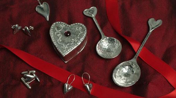 Vào ngày Valentine, các cặp tình nhân thường tặng nhau bộ thìa bạc được chạm khắc biểu tượng chìa khóa và ổ khóa.