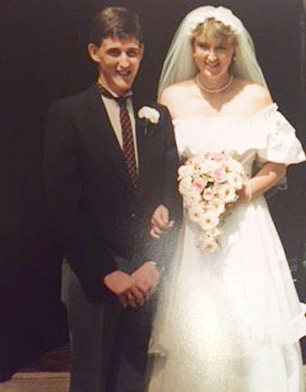 Chị Lynne và chồng trong ngày cưới năm 1986.