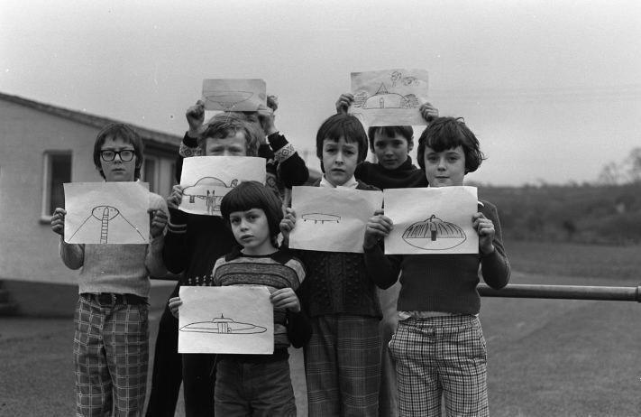 Bức hình UFO do các học sinh ở trường làng Broad Haven vẽ lại.