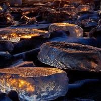 """Hiện tượng hiếm gặp: Hàng ngàn """"viên đá quý"""" trải khắp bờ sông ở Nhật"""