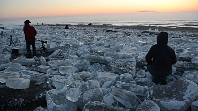 Những khối băng xuất hiện quanh bờ sông Tokachi.