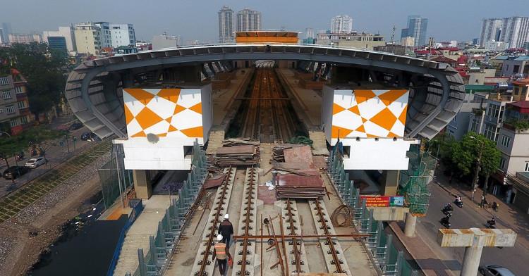 Mặt đường tàu được lắp đặt 2 làn ray cho 2 tàu chạy ngược chiều nhau. Ray tàu có khổ 1,435m.
