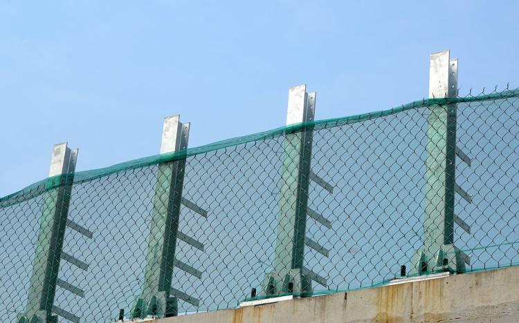 Hệ thống barie và lưới bảo vệ cao hơn 1m đang lắp đặt, chạy dọc 2 bên đường tàu.
