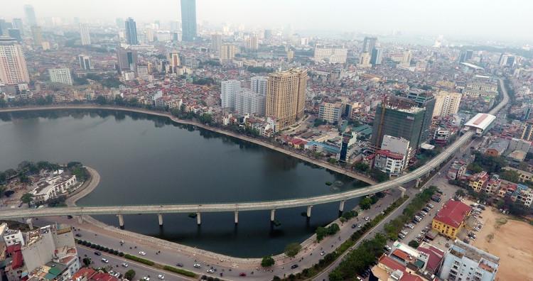 Sau khi xuất phát từ ga Cát Linh, tàu sẽ chạy dọc phố Hào Nam, vào ga La Thành, sau đó vòng qua phía trên hồ Hoàng Cầu.