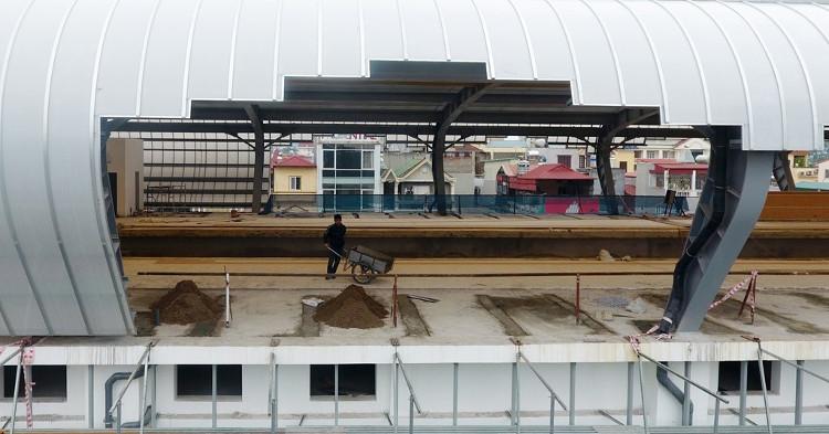 Các nhà ga cùng lúc thi công và hoàn thiện với các công trình phụ trợ bên trong.