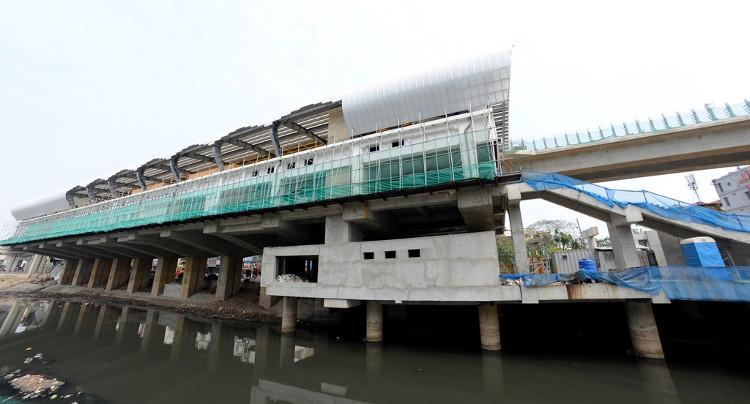 Ga Láng có vị trí đặc biệt khi nằm trên các cột trụ được xây giữa lòng sông Tô Lịch và nền đường Láng.