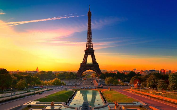 Tháp Eiffel được xây dựng trong vòng 25 tháng.