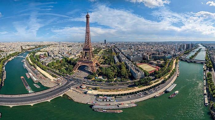 Tháp Eiffel được chia làm ba tầng.