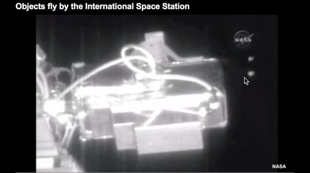 Những vật thể lạ bay qua Trạm Vũ trụ Quốc tế.