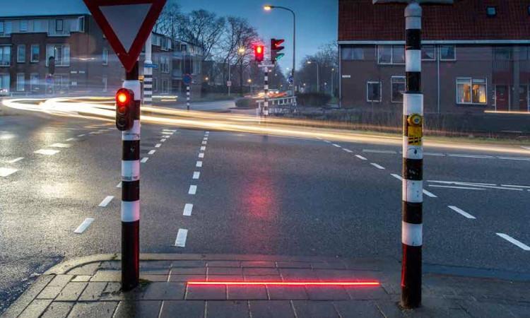 Đèn giao thông trên vỉa hè đang được thử nghiệm ở Hà Lan.