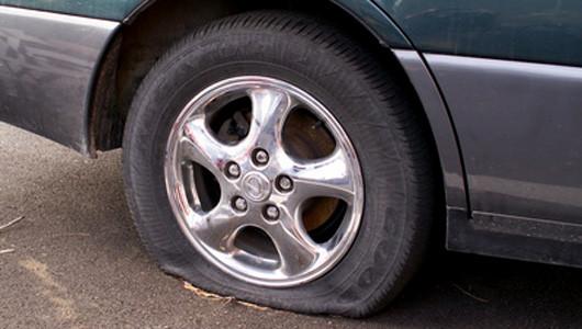 Áp suất không đạt chuẩn là một trong những lí do khiến ô tô bị nổ lốp.