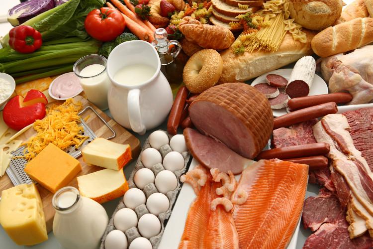 Thức ăn hay gây dị ứng là lạc, hạnh nhân, cá, hải sản, trứng (đặc biệt lòng trắng trứng), sữa...
