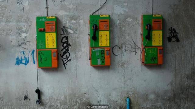 Khi mạng lưới điện thoại ngừng hoạt động, con người cảm thấy đơn độc và không thoải mái.