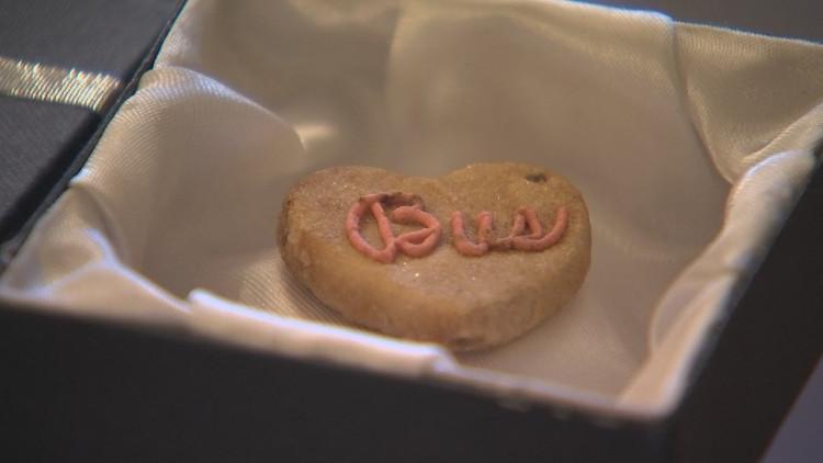 Chiếc bánh quy được giữ gìn cẩn thận suốt 85 năm qua.