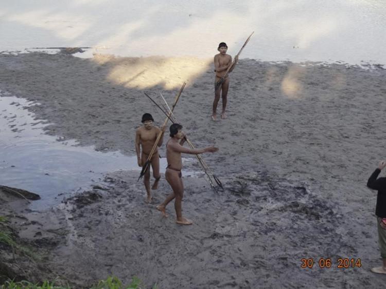 Thổ dân tiếp xúc các nhà nghiên cứu tại bờ sông Envira, bang Acre, Brazil.