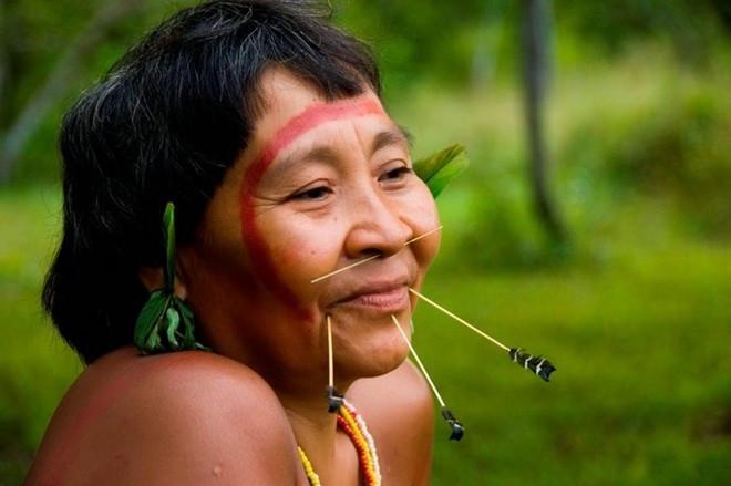 Một phụ nữ của bộ tộc Yanomami