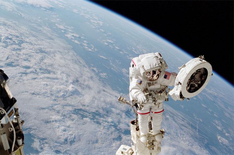 Ông Chang-Díaz với sứ mệnh vũ trụ hồi năm 2002, góp công sức lắp đặt trạm vũ trụ ISS.