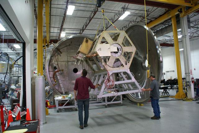 Động cơ VASIMR được đưa vào buồng chân không để thử nghiệm.