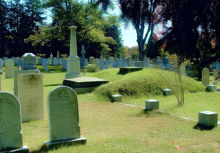 Ngôi mộ của ông nằm trên một gò đất cao.