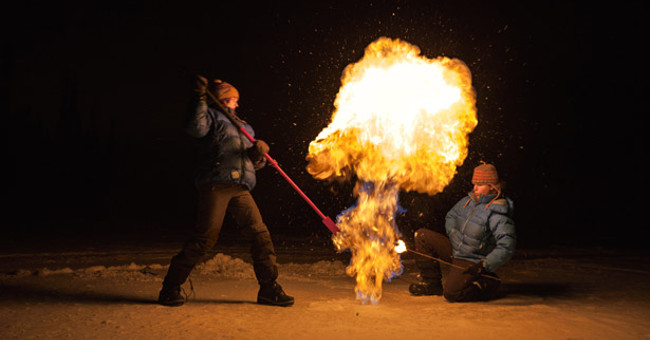 Khi metan cháy bùng từ những lỗ rò khí cấm lửa.
