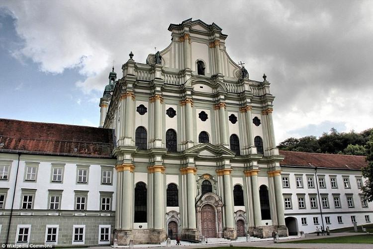 Nhà thờ Furstenfeld được xây dựng vào giữa thế kỷ 13 bởi Louis II, công tước xứ Bavaria