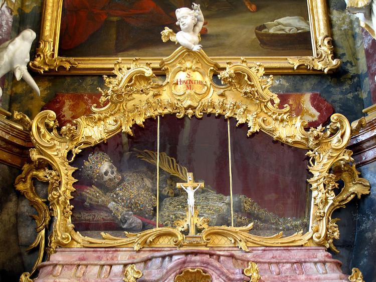 Thánh Hyacinth có bộ xương đội vương miện và hàm dưới khảm đá quý, qua đời năm 108 ở tuổi 12.