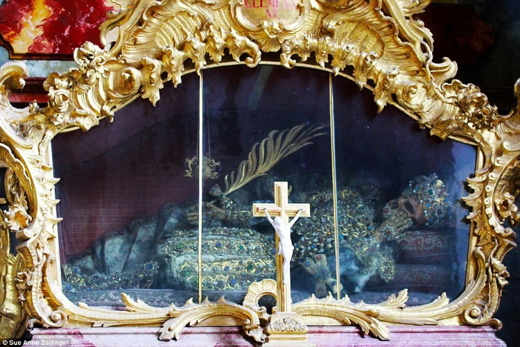 Bộ xương còn lại thuộc về Thánh Clemens qua đời ở Rome năm 95