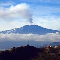 Núi lửa Etna tại đảo Sicily của Italy hoạt động trở lại